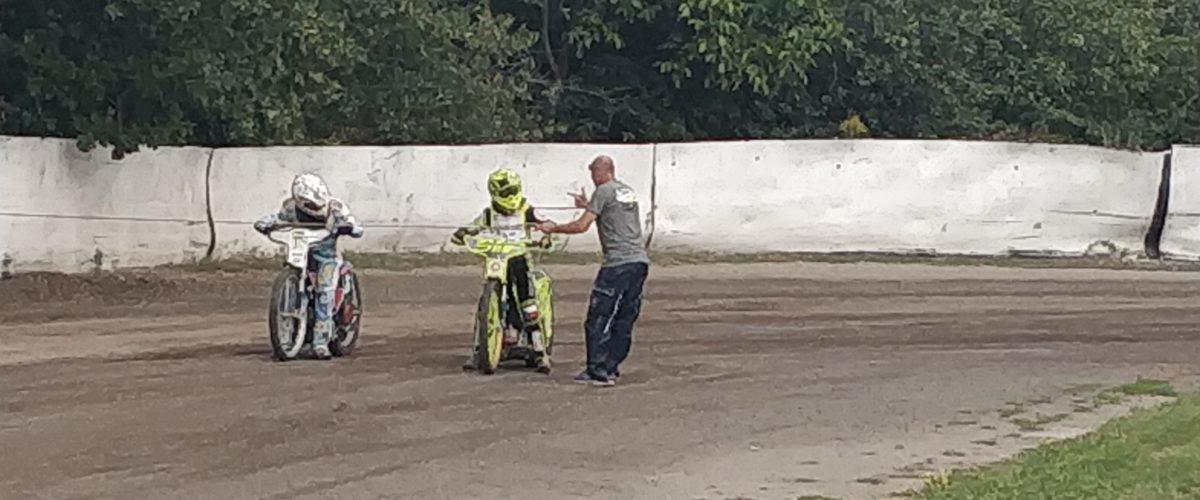 Na stadionu Markéta probíhá výcvikový kemp mladých jezdců