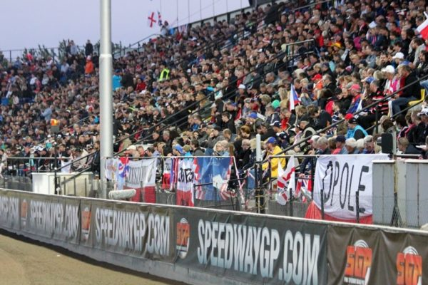 Vstupenky na pražskou SGP mizí, kapacitu opět navýšila mobilní tribuna