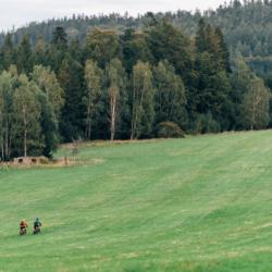 Kochejte se divokou krajinou ze sedla kol
